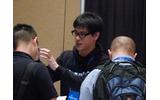 Black Hat USA 2014 で自作の標的型攻撃実証ツールの展示とデモを行う凌氏の画像