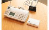 同システムで使われる主な機器の数々。電話機は、6月に発売された迷惑電話防止機能を搭載したパナソニックの「おたっくす」 KX-PD604シリーズだった(撮影:防犯システム取材班)の画像