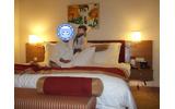 Cybersecurity Malaysiaに行ったとき、ホテルの自室、ベッドでの写真。何だか大富豪になったようなベッドだった。旅先には抱き枕。ホテルで一人寂しい思いをしなくて済むから、筆者お勧めだ。の画像