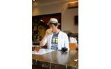 「上質を知る男」編集長上野が試飲の画像