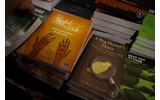物販コーナー:書籍販売コーナーではサイン本や安売りなどもの画像