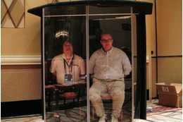 The two people in the soundproof booth made of glass used for SECTF were staff members of Asgent, Inc. who cooperated in the interview. Contestants make phone calls from the booth.