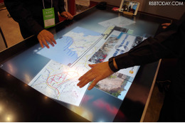 机を囲むスタイルの会議での情報の整理や俯瞰が行える「xSync Table」。タッチパネル液晶を採用しているので直感的な操作が可能だ(撮影:防犯システム取材班)